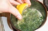 Шаг 9. Смешать масло, зелень, приправы и добавить лимонный сок.