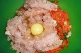 Шаг 4. Куриный фарш смешать с овощами, добавить яйцо, масло и приправу. Все хоро