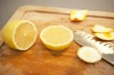 Шаг 8. Лимон разрезать пополам.
