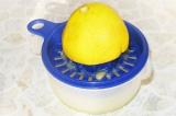 Шаг 10. Выжать сок лимона.
