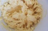 Шаг 3. В миске смешать масло, сахар, ванилин, корицу, соль и цедру, добавить жел