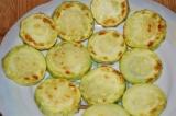 Шаг 9. Обжарить кабачки и чеснок на оливковом масле.