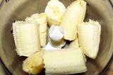 Шаг 5. Банан поломать и измельчить в блендере.