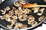Шаг 3. Обжарить грибы на сковороде до готовности.