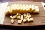 Шаг 5. Сыр крупно нарезать.