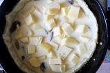 Шаг 7. Достать тесто, убрать груз, уложить жареные грибы, сыр и залить яичной см