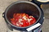 Шаг 5. К обжаренному перцу добавить помидоры и чеснок.