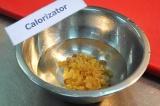 Шаг 2. Замочить изюм в горячей воде на 10-15 минут.