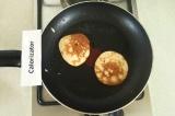 Шаг 7. Обжарить блинчики на сковороде с двух сторон.