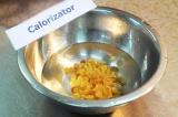 Шаг 1. Замочить изюм в горячей воде на 10-15 минут.