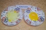 Шаг 2. У яиц отделить желтки от белка.