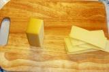 Шаг 2. Твердый сыр порезать пластинками.
