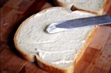 Шаг 3. Ломтик хлеба смазать сливочным сыром.
