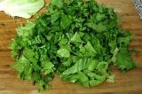 Шаг 7. Листья салата порвать или порезать.