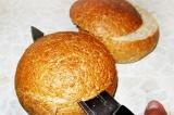 Шаг 1. У каждого хлебца отрезать верхушку.