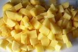 Шаг 5. Картофель нарезать кубиками.