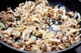 Шаг 6. Лук и грибы обжарить на растительном масле.