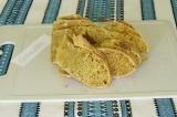 Шаг 1. Поставить духовку разогреваться на 200 градусов и хлеб нарезать ломтиками