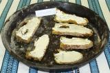 Шаг 2. Выложить кусочки хлеба на противень и хорошо смазать майонезом.