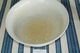Шаг 1. В миску налить воду, добавить подсолнечное масло и закваску.