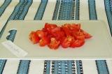 Шаг 2. Нарезать помидоры кусочками.