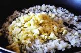 Шаг 6. Обжарить мякоть и лук на оливковом масле.