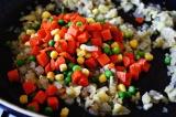 Шаг 7. Добавить замороженные овощи и жарить ещё около 10 минут.