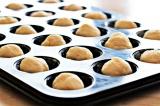 Шаг 6. Скатать дольки теста в шарики и поместить их в форму для выпечки кексов.