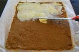 Шаг 6. Смешать все ингредиенты, на пергамент выложить печеночную массу, смазать