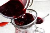 Шаг 5. Процедить смесь еще раз, добавить сахар и сок смородины. Перемешать до ра