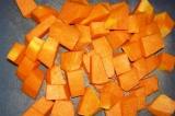 Шаг 1. Тыкву очистить и нарезать небольшими кубиками.