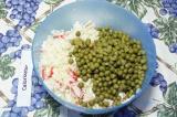 Шаг 6. Добавить рис и зелёный горошек в салатник, всё перемешать.