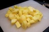 Шаг 2. Картофель порезать кубиками.