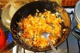 Шаг 5. Лук и морковь обжарить на растительном масле до золотистого цвета лука.