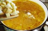 Шаг 6. В готовый суп добавить картофель, затем обжаренные овощи.