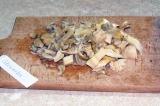 Шаг 1. Помыть грибы и нарезать небольшими кусочками.