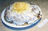 Шаг 9. Последний слой не смазывать, а просто присыпать тертым сыром. Поместить