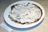 Шаг 8. Выложить корж, смазать сметаной и посыпать перцем. На него выложить следу