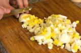 Шаг 5. Нарезать яйца мелкими кубиками.