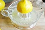 Шаг 2. Выжать сок лимона.