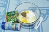 Шаг 3. Для заливки к сметане добавить яйца, соль и приправы.