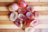 Шаг 3. Виноград порезать пополам и очистить от косточек.