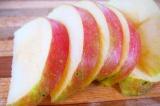 Шаг 4. Яблоко нарезать дольками.