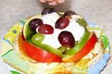 Шаг 6. Выложить фрукты слоями, полить йогуртом, украсить грецкими орехами.