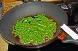 Шаг 2. Разогреть сковороду со сливочным маслом. Обжарить фасоль до коричневой ко
