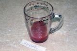 Шаг 3. Отдельно в небольшую емкость выложить две столовых ложки томатной пасты.