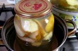 Шаг 5. Залить груши и лимон приготовленным сиропом. Закрыть банки крышками, стер