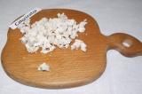 Шаг 6. Куриное филе отварить и нарезать маленькими кубиками.