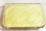 Шаг 11. Поверх смородины выложить приготовленный крем, разравнять по всей повер