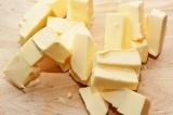 Шаг 1. Сливочное масло нарезать кубиками.